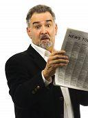 Постер, плакат: Человек выглядит шоке пока читающ газета