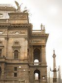 Fachada lateral de un teatro popular en Praga