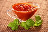 新鲜罗勒意大利面蕃茄酱