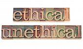 ethischen und unethischen Wörter - isoliert Text in Vintage-Buchdruck-Holz-Art Makel farbigen Druckfarben
