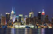 New York City Manhattan midtown skyline panorama in de schemering met historisch monument wolkenkrabbers over H