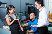 Os povos asiáticos, músico, produtor e mixer em estúdio de som