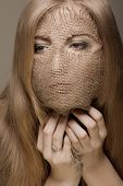 mulher loira bonita com máscara de gunny no rosto