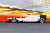 Постер, плакат: Формула один автомобиль на пустой дороге