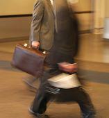 Geschäftsleute in Eile zu Fuß