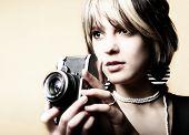 Junge schöne Frau ein Foto mit einem retro-Kamera
