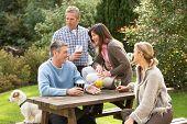 Grupo de amigos al aire libre disfrutando de copa en el bar de jardín
