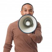 Junger Mann schreien durch Megaphone Over White Background