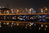Esplanade Bridge, Theater und Singapore Flyer in der Nacht