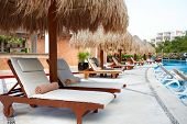 Chaise-longue junto a la piscina en luxury resort del Caribe.