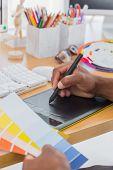 Diseñador de interiores con la carta de tablet y color de gráficos en una oficina moderna