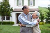 glücklich lächelnd chinesischen älteres Ehepaar Stand vor neuen Haus