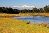 Paisagem com Rio no Nepal com vista no Himalaia