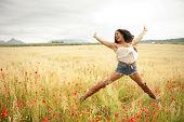 Постер, плакат: Молодая африканская женщина прыжки в поле