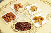 Ein Tisch für Iftar, die schnell brechen während den Heiligen Fastenmonat Ramadan von unten, cl
