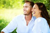 Couple heureux en plein air. Souriant Couple de détente dans un parc. Famille plus Nature Green Background. Smilin