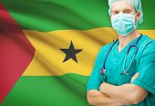 Surgeon with national flag on background series - democratic republic of sao tome and principe foto.