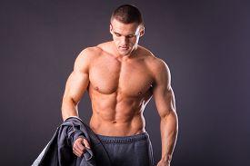 picture of abdominal  - Bodybuilder showing his press - JPG