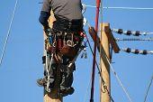 un aprendiz de instalador de líneas eléctricas trabajan en un poste en un Colegio de liniero