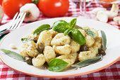 Gnocchi di patata, fideos de patata italiano con salsa de pesto