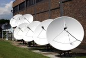 Linha de antenas parabólicas