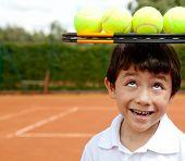 Tenista masculino una raqueta y pelotas encima de la cabeza