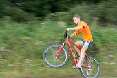Ciclista extrema equitação A bicicleta. A imagem não está em foco