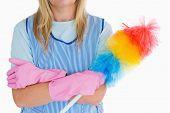 Señora de la limpieza con el plumero en el fondo blanco