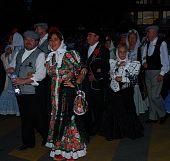 Chulapos y chulapas en calles de Latina