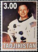 Tayikistán - alrededor del año 2000: Un sello impreso en espectáculos de Tayikistán Neil Armstrong alrededor de 2000