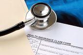 Un estetoscopio en el formulario de reclamación médica