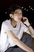 Asien junger Mann sprechen Telefon