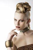 Mode Mädchen mit Leopard Make-up mit Hand in der Nähe von Gesicht