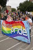 Festivalbesucher halten die Exeter stolz banner
