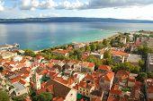 Постер, плакат: Панорама села Далмации Омиш в Хорватии