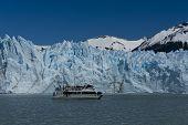 Barco na frente do Glaciar Perito Moreno