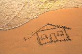 Una casa pintada en la arena de la playa