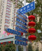 chinesische Wegweiser und chinesische Laterne