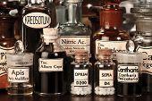 Vários frascos de farmácia de medicina homeopática