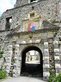 Arco de piedra de entrada en un castillo francés