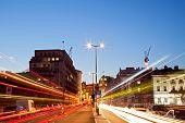 Paisagem urbana de Londres com trilha de luz estrada no crepúsculo usando para transporte de estilo de vida de cidade