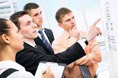 Grupo de empresarios que discutir un nuevo proyecto en la oficina