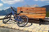 Einsame Bank und Fahrrad