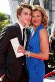 LOS ANGELES - 10 september: Zak Henri, Brenda Strong aankomen op de creatieve Primetime Emmy Awards Arri