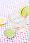 Wasser mit Zitrone und Limette in ein Glas mit Eis