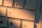 Tecla Mayús en upl estrecha en teclado