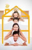 Glückliche Familie lehnt gegenseitig auf die Schultern im Bett mit Gelbe Haus Abbildung zentrieren Sie