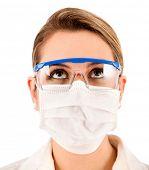 Feminino químico usando óculos e máscara - isolado sobre um fundo branco