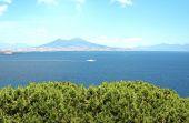 Vista para o vulcão Vesúvio e mar Mediterrâneo