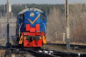 picture of locomotive  - Red and blue locomotive approaching on rails  - JPG
